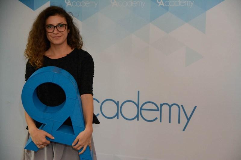 Яна Стоева е още един от участниците в Сезон 4, който ви представяме. По професия тя е графичен дизайнер. В момента жонглира в няколко различни сфери.